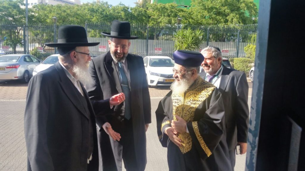 Sephardi Chief Rabbi Yitzchak Yosef (R) and the Chief Ashkenazi Rabbi Dovid Lau (C) with the Minister of Health Rabbi Yakkov Litzman at the entrance of the Prime Minister's office.