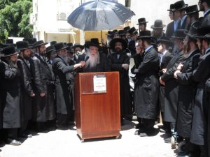 The Sanzer Rebbe delivers a hesped at the levayah in Netanyah. (Moshe Goldstein)