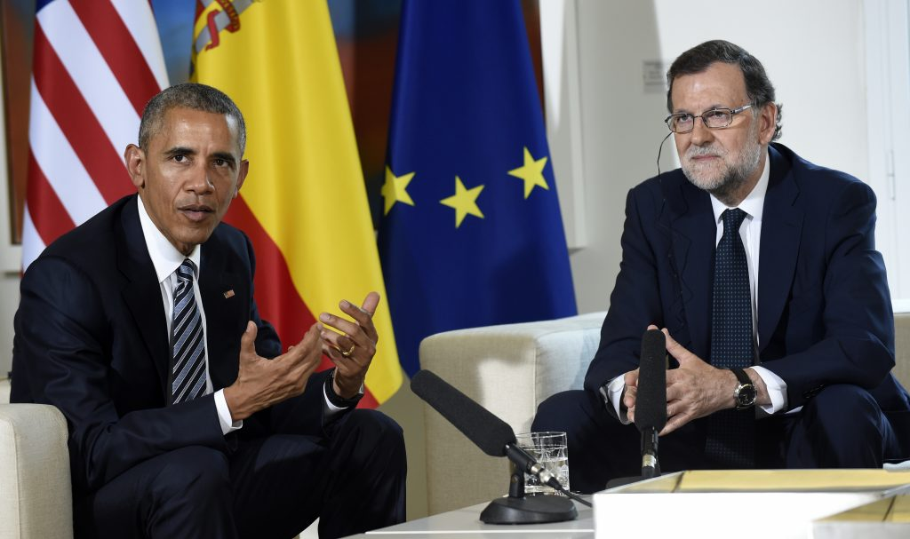 U.S President Barack Obama, left, speaks with Spain's acting Prime Minister Mariano Rajoy during a media availability in Madrid, Spain, at the Palacio de la Moncloa, Sunday, July 10, 2016. (AP Photo/Susan Walsh)