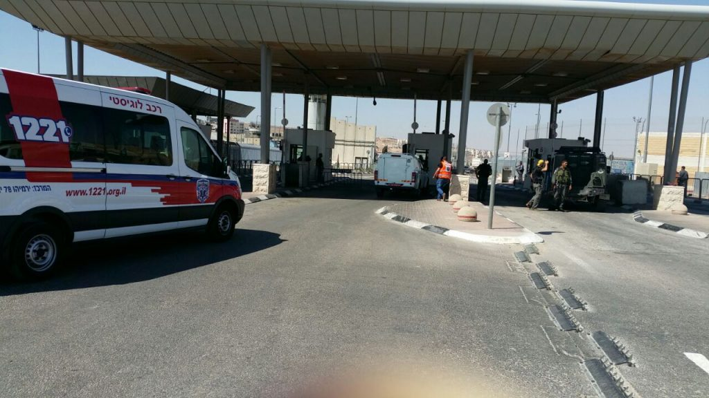 Security forces at the scene of the attempted attack at the Kalandiya checkpoint. (Medabrim Tikshoret)
