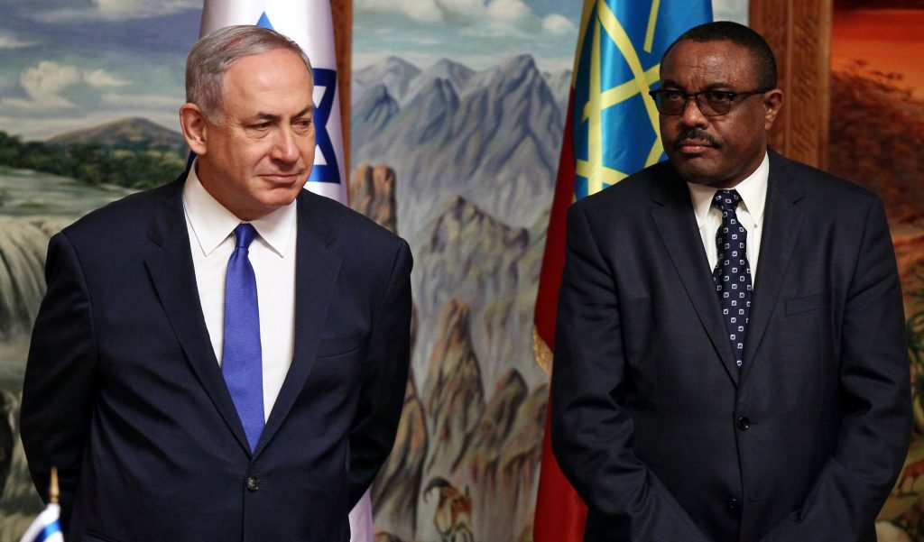 Israeli Prime Minister Binyamin Netanyahu (L) and his Ethiopian counterpart Hailemariam Desalegn address a news conference at the National Palace during his state visit to Addis Ababa, Ethiopia, Thursday. (Reuters/Tiksa Negeri)