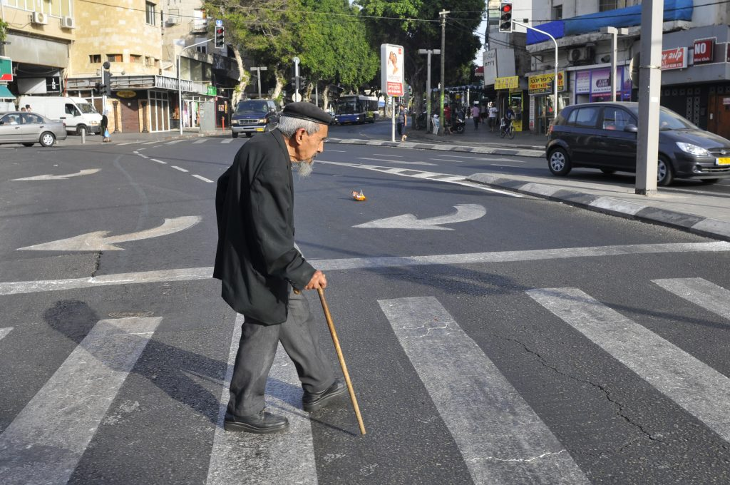 An elderly man crosses the street in Tel Aviv. May 20, 2009. Photo by Serge Attal/Flash 90 *** Local Caption *** ???? ????? ???? ??? ???? ???? ??? ????? ??????? ?? ????
