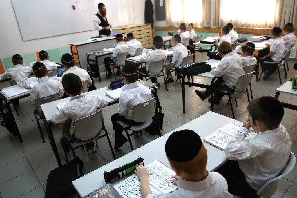 """Young students seen learning in the classroom of the """"Talmud Torah Ohalei Menachem"""" school in the ultra orthodox Jewish settlement of Beitar Illit. August 27, 2014. Photo by Nati Shohat/Flash90. *** Local Caption *** áéú ñôø çøãéí çøãé éìãéí çáã çá''ã ìéîåãéí ëéúä éìã úìîåã úåøä àåäìàé îðëí áéúø òìéú"""