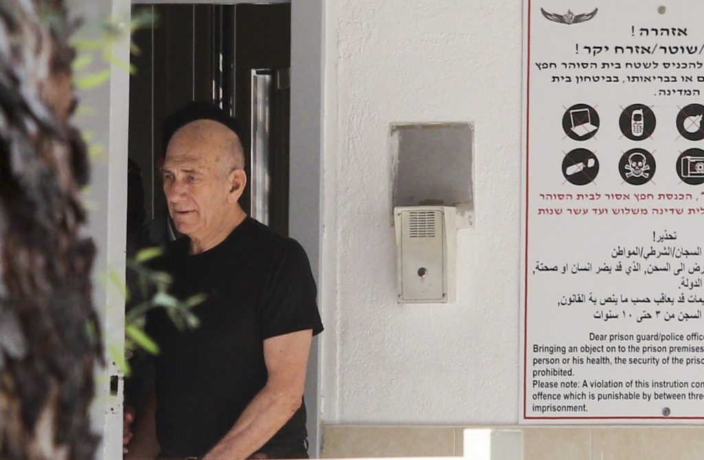 Former Prime Minister Ehud Olmert seen leaving Maasiyahu Prison in Ramla on July 11, 2016, for his first leave from prison since he began his 19-month improsenment sentence in February. Olmert will be have a 48-hour leave surrounded by heavy security. Photo by Avi Dishi/FLASH90 *** Local Caption *** ëìà øîìä ëìà îòùéäå øàù îîùìä àäåã àåìîøè äåìéìðã ôøùú ä÷ìèåú