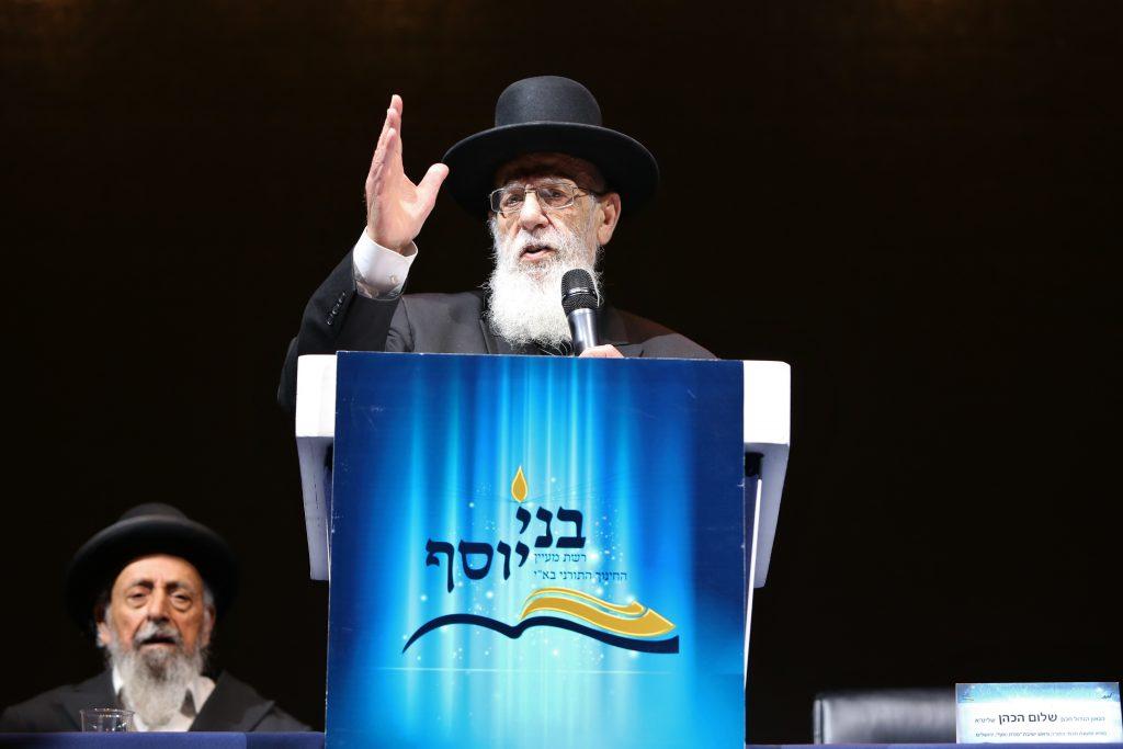 Hagaon Harav Shalom Cohen, shlita, Rosh Moeztes Chamai HaTorah, delivering words of chizuk to the assembled. (Yaacov Cohen/Flash90)