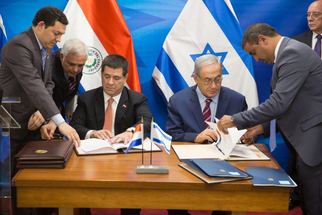 Prime Minister Benjamin Netanyahu meets with Paraguay President Horacio Manuel Cartes Jara, at the Prime Minister's office in Jerusalem on July 19, 2016. Photo by Emil Salman/POOL *** Local Caption *** ìðùéà ôøâååàé, îø äåøàñéå îðåàì ÷àøèñ çàøä, H.E. Horacio Manuel Cartes Jara éøåùìéí øàù äîîùìä îùøã áðéîéï ðúðéäå áéáé