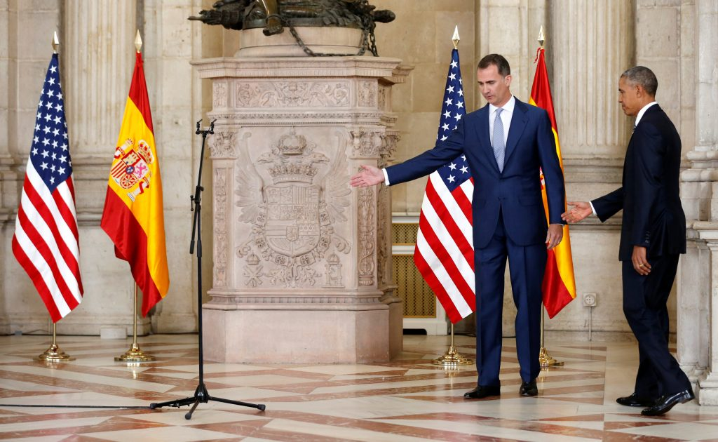 Spain's King Felipe VI (2nd R) arrives with U.S. President Barack Obama for welcoming remarks before their meeting at the Palacio Real de Madrid in Madrid, Spain July 10, 2016. REUTERS/Jonathan Ernst
