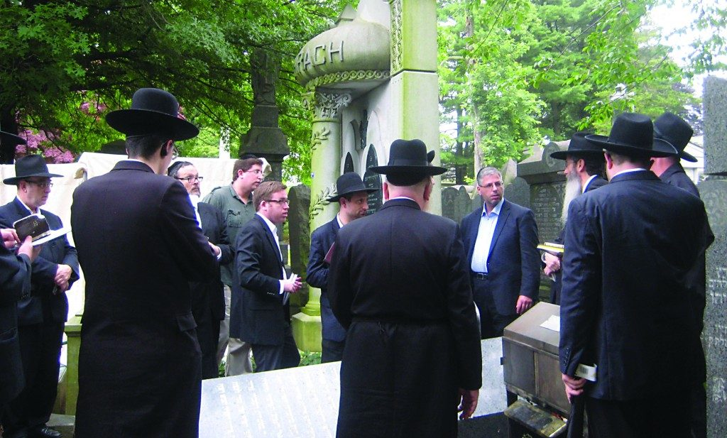 Yidden being mispallel at the kever