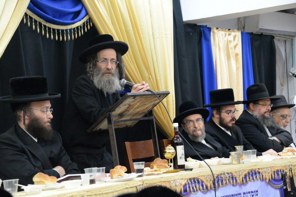 Harav Elimelech Biderman speaks at the yahrtzeit seudah in Bnei Brak. (JDN)