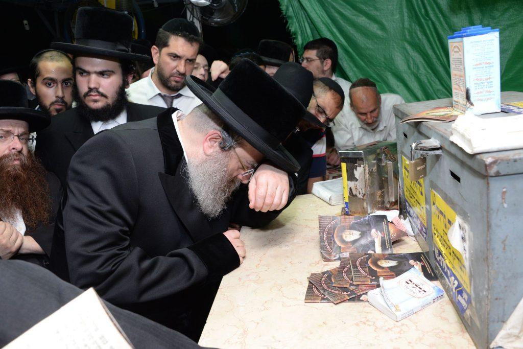 The Sadigura Rebbe, shlita, at the kever of the Stefanest Rebbe, on the yahrtzeit. (JDN)