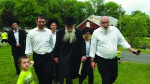 Harav Aharon Feldman (C), member of the Moetzes Gedolei HaTorah; accompanied by Rabbi Heshy Wolf (R) and campers.