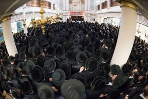 A view of the mass crowd at the atzeres in London. (JDN)