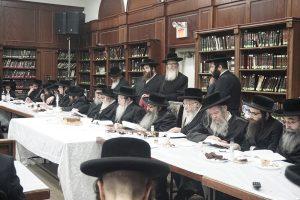 The Rebbe, shlita (C) speaks at the lchaim tisch. (JDN)