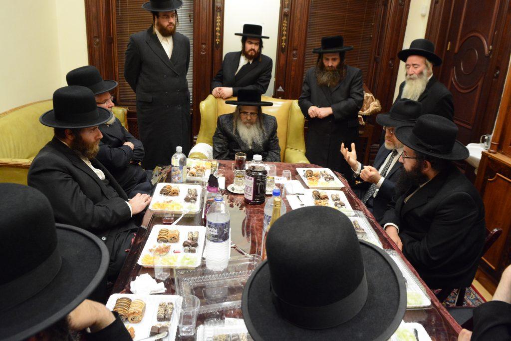 The Satmar Rebbe (C) leads the mesibah. (JDN)