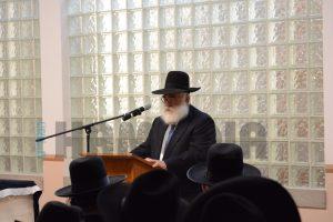 Harav Nosson Schecter delivering a hesped on the Rebbetzin. (JDN)