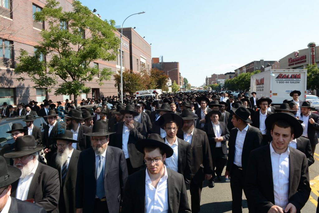 A partial view of the vast crowd of mourners outside Yeshivah Rabbeinu Chaim Berlin during the levayah, 29 Av/Aug. 4. (JDN)