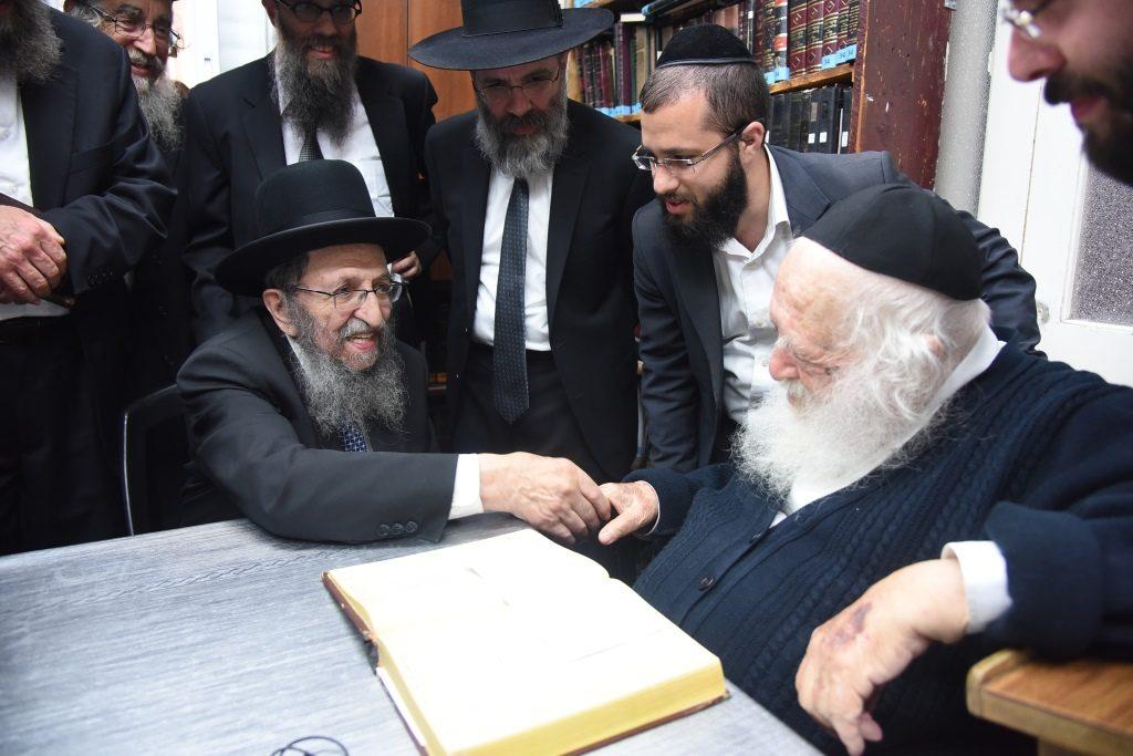 Hagaon Harav Shmuel Kaminetzky Rosh Yeshiva Philadelphia visiting Hagaon Harav Chaim Kanievsky. (JDN)