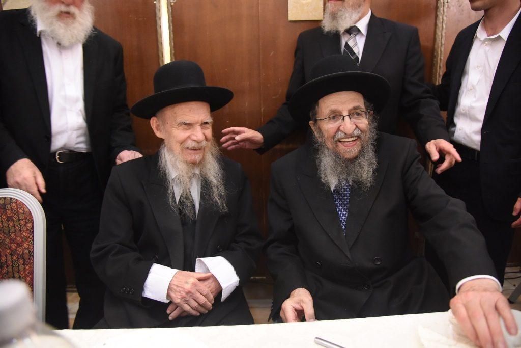 Harav Shmuel Kaminetzky by his grandsons wedding with Hagaon Harav Geshon Edelstein. (JDN)