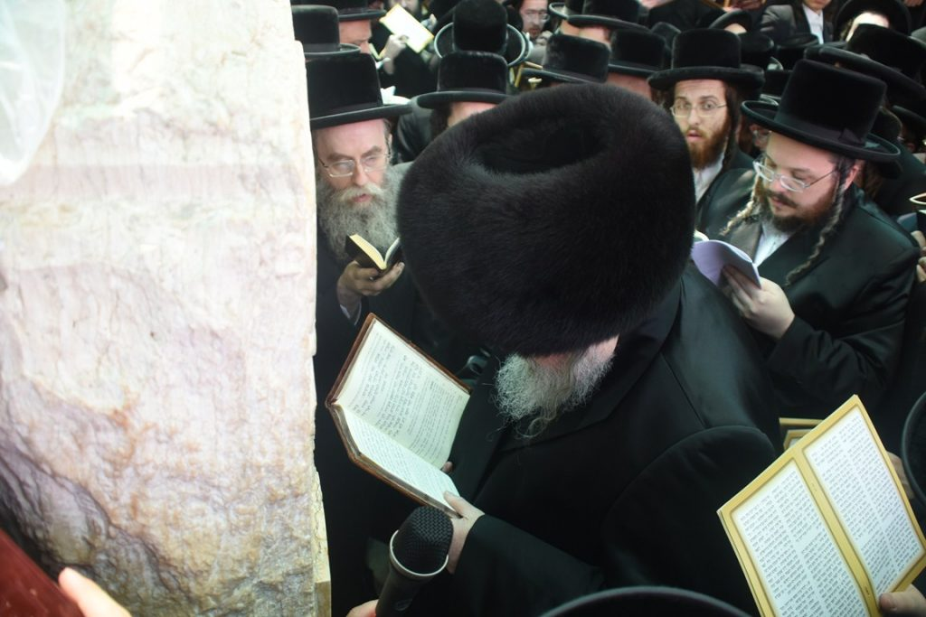 Belzer Rebbe Shlita at the tzion on Har Hamenuchos in Yerushalayim with thousands of chassidim. (Anshi Beck/JDN)