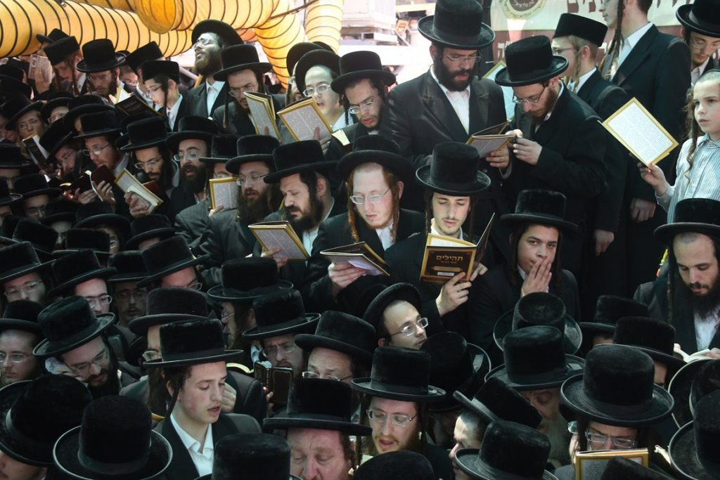 Thousands of Belzer chassidim at the tzion on Har Hamenuchos in Yerushalayim. (Anshi Beck/JDN)