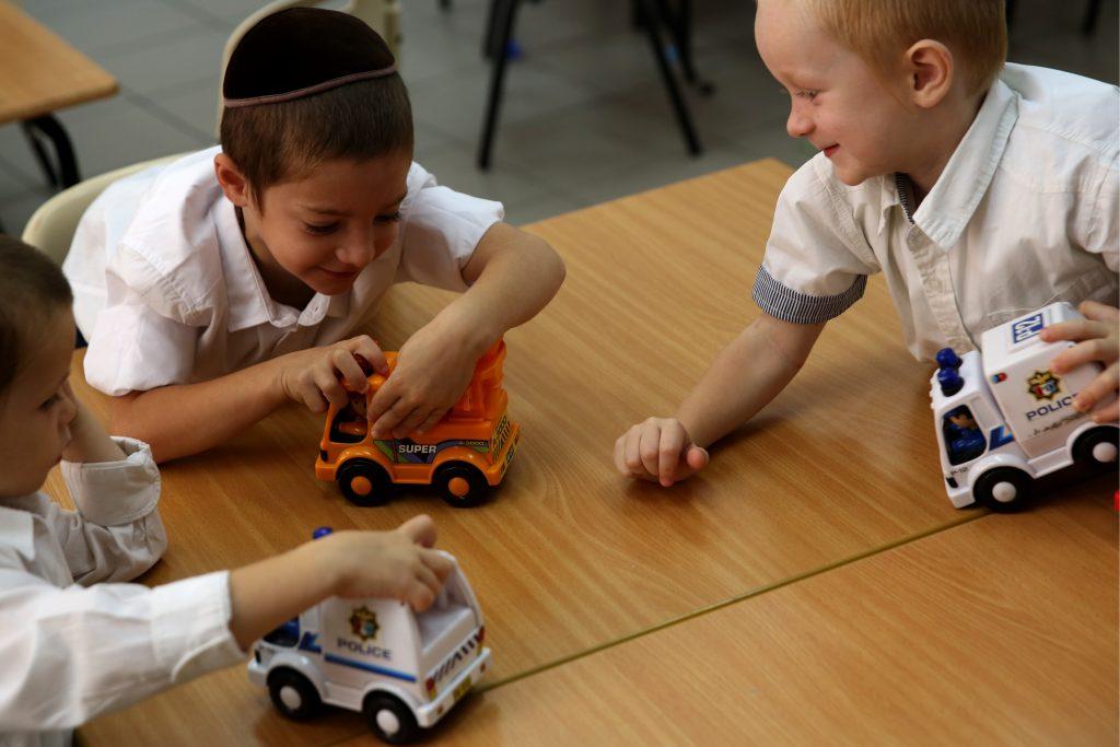 """Young boys seen playing in the classroom of the """"Talmud Torah Ohalei Menachem"""" school in the ultra orthodox Jewish settlement of Beitar Illit. August 27, 2014. Photo by Nati Shohat/Flash90. *** Local Caption *** áéú ñôø çøãéí çøãé éìãéí ìéîåãéí çáã çá''ã ëéúä éìã úìîåã úåøä àåäìàé îðëí áéúø òìéú"""