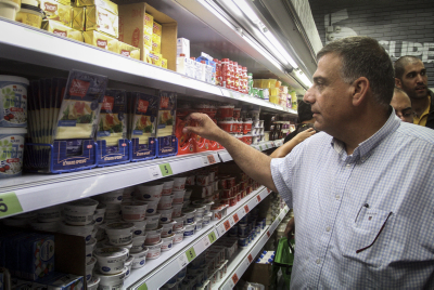 A man shops a t a SuperCofix shop. Photo by FLASH90