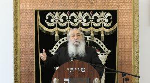 "Harav Moshe Mordechai Chadash, zt""l, delivers a shiur in Yeshivas Ohr Elchanan. (Shlomi Cohen/Flash90)"