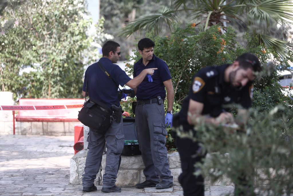 Israeli security forces at the scene where a man was wounded in an apparent stabbing attack in A-Tur, East Jerusalem, on August 11, 2016. Police are searching for the attacker. Photo by Yonatan Sindel/Flash90 *** Local Caption *** ôéâåò ã÷éøä èøåø à-èåø éøåùìéí îùèøä æéøä