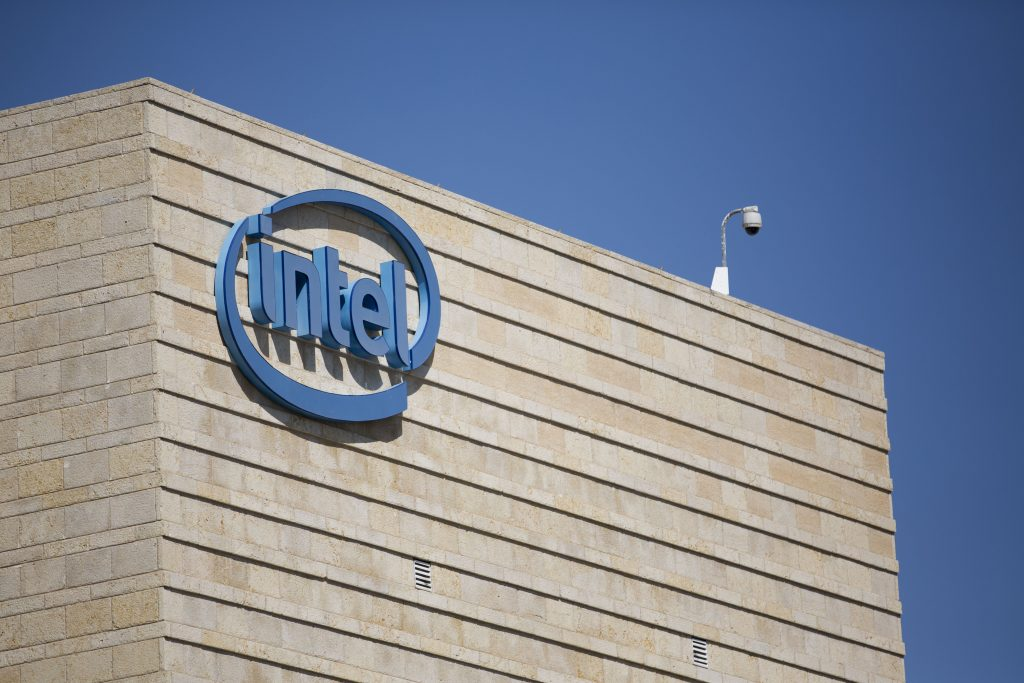 Intel in Israel employs around 10,000 workers in its Kiryat Gat production center and in four development centers, in Haifa, Yakum, Yerushalayim and Petach Tikvah. (Yonatan Sindel/Flash90)