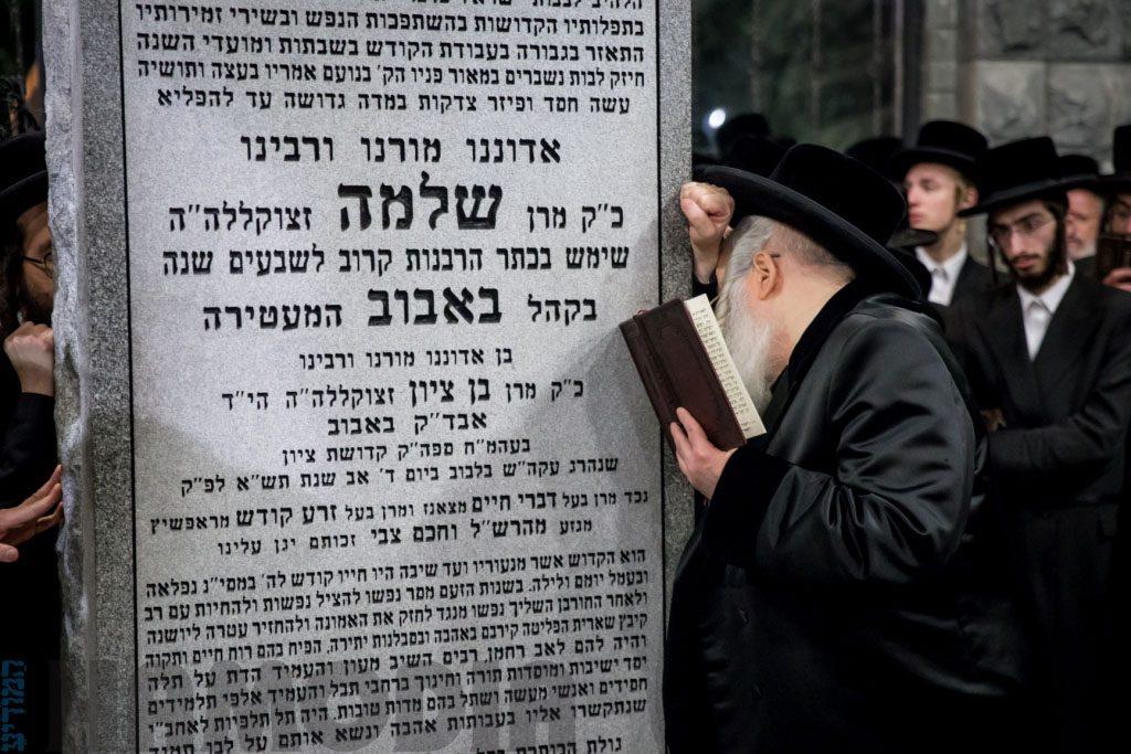 """Bobover Rav shlita at the tziyon of his father zy""""e, in the Bobover Bais Hachaim in New Jersey. (JDN)"""