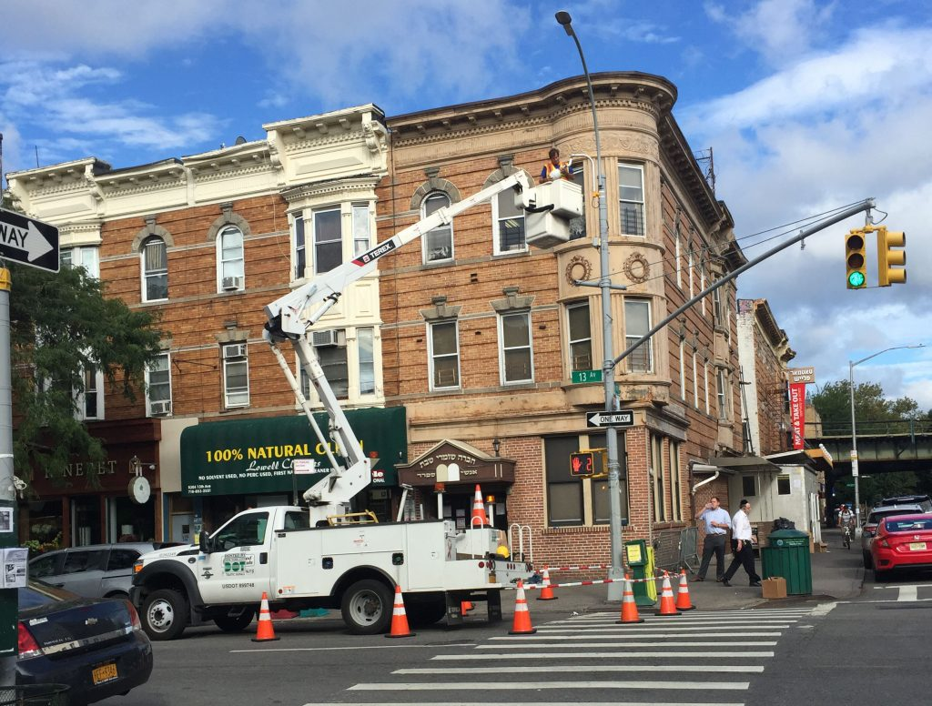 DOT installing a new camera to monitor the traffic at the corner of 53rd St and 13th Avenue in Boro Park. (Yossi Friedman)