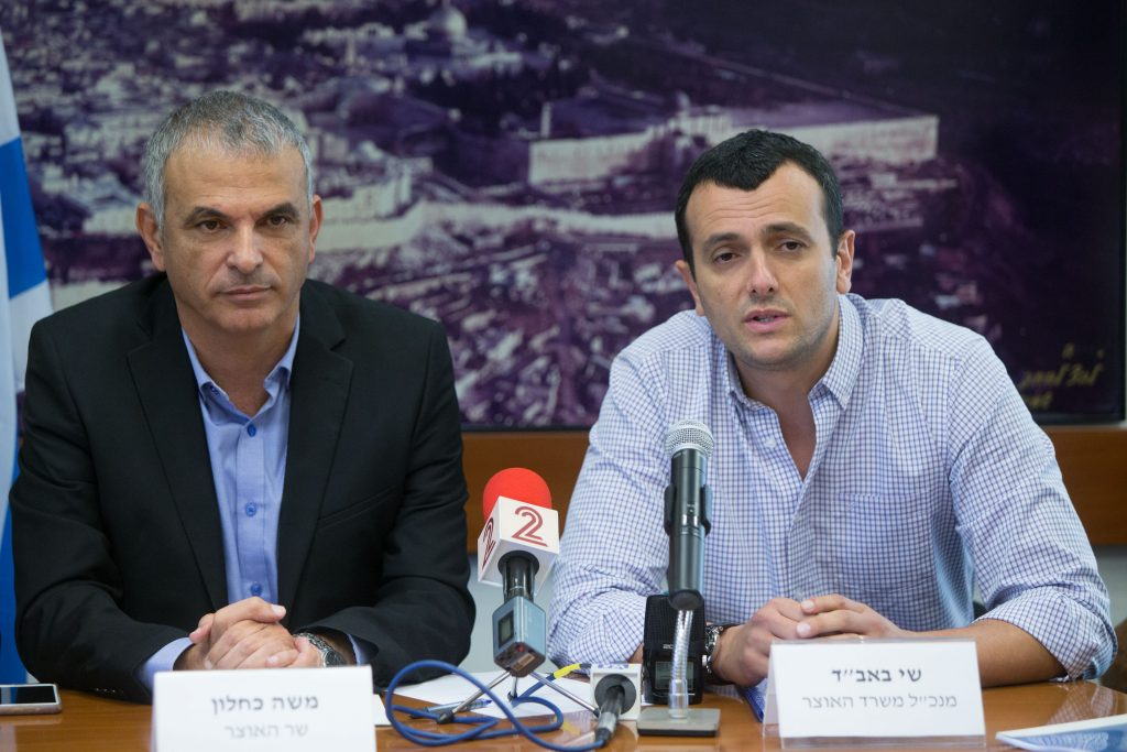 Finance Minister Moshe Kahlon (L) seen with Director General Manager of the Finance Ministry, Shai Babad, at a press conference. (Yonatan Sindel/Flash90)