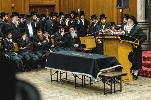 "At the levayah of Harav Shmuel Naftali Genger, zt""l in Sanz-Klausenburger beis medresh in Boro Park, ybl""c, the Sanz-Klausenburger Rebbe, shlita, being maspid. (Lenchevsky Brothers)"