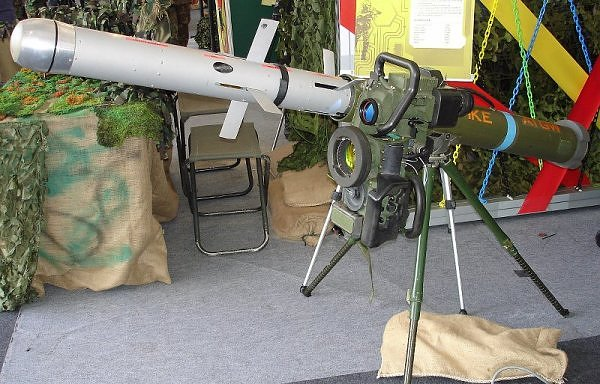 An Israeli-made Spike ATGM Command & Launcher unit (CLU) with mock-up Spike-LR missile mounted on a tripod. (Dave1185)