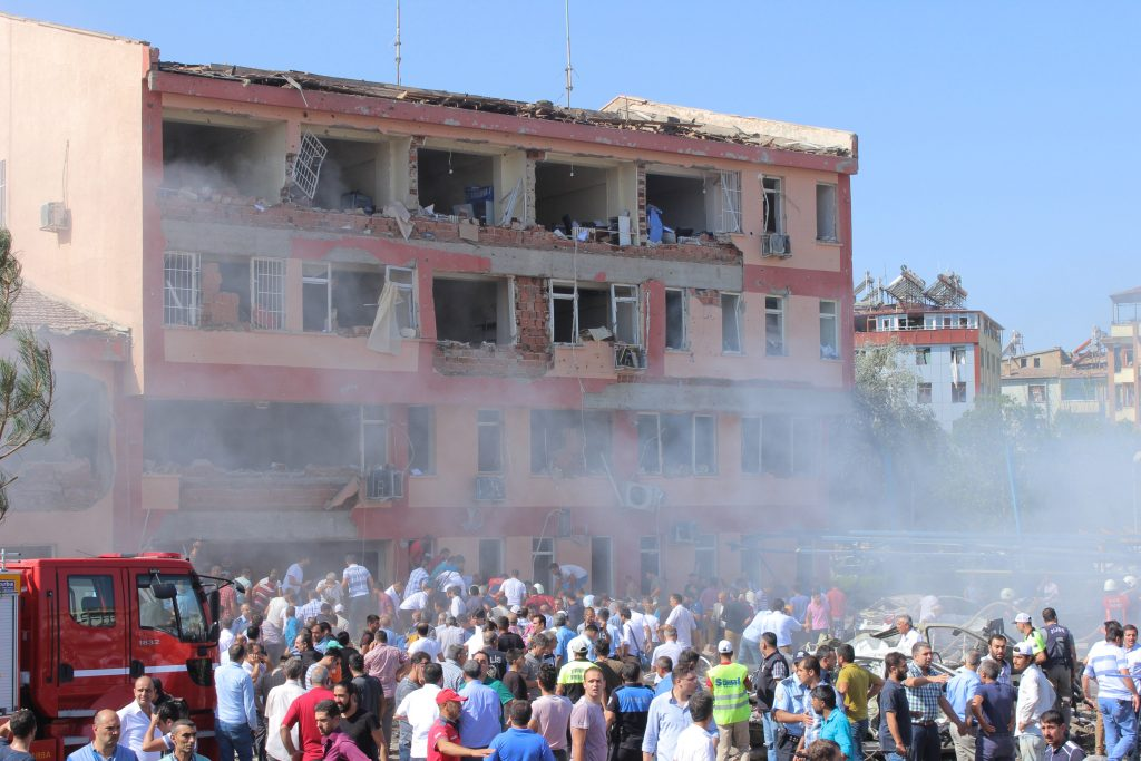 People rush to the blast scene after a car bomb attack on a police station in the eastern Turkish city of Elazig, Turkey August 18, 2016. Kamilcan Kilic/Ihlas News Agency via REUTERS ATTENTION EDITORS - THIS PICTURE WAS PROVIDED BY A THIRD PARTY. FOR EDITORIAL USE ONLY. NO RESALES. NO ARCHIVE. TURKEY OUT. NO COMMERCIAL OR EDITORIAL SALES IN TURKEY. TPX IMAGES OF THE DAY