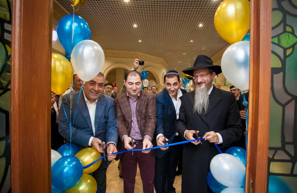 Cutting the ribbon at the opening of the new shul. (Nosson Lazovnickov)