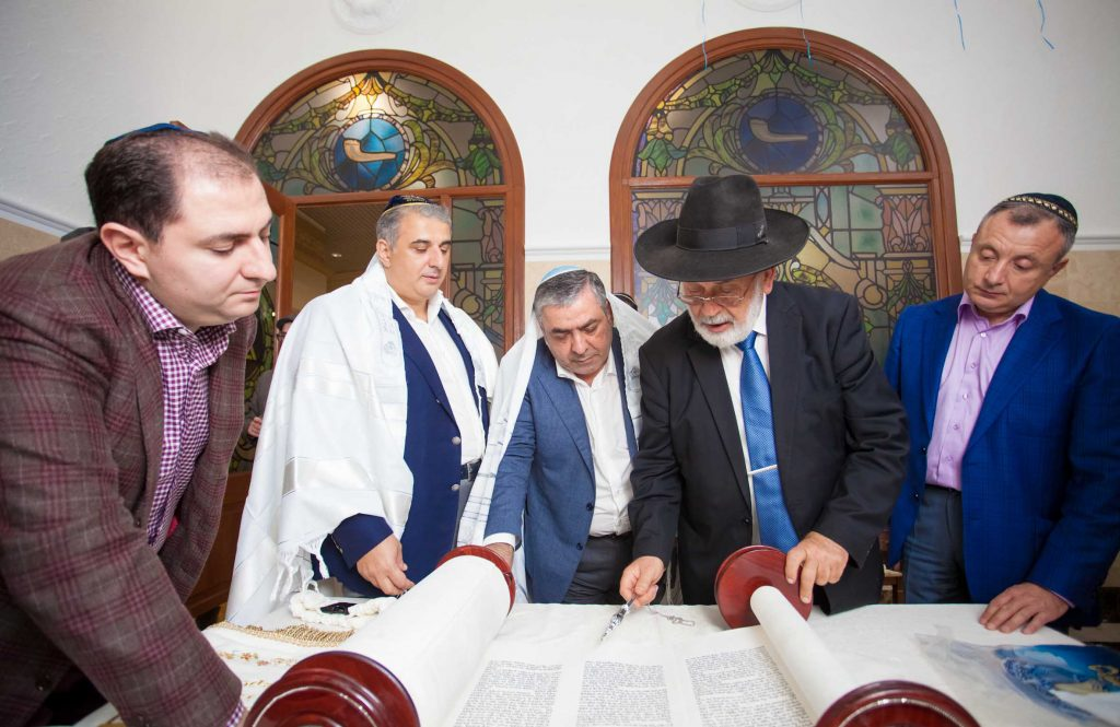 Reading from the new sefer Torah at the opening of the new shul. (Nosson Lazovnickov)