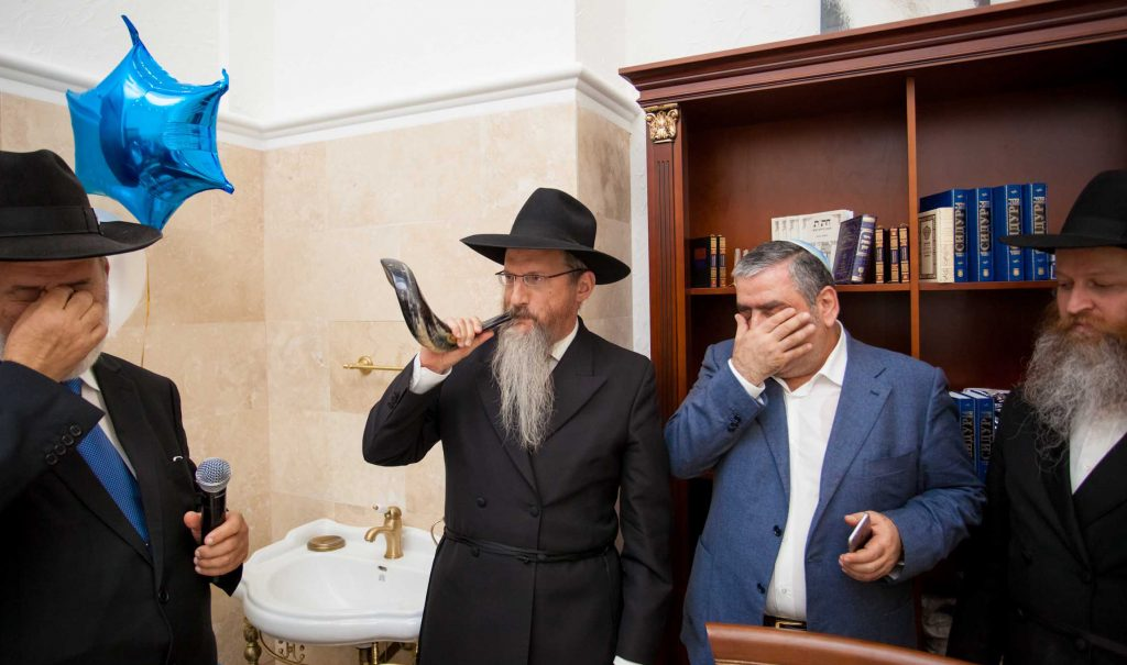 Rabbi Berel Lazar, Chief Rabbi of Russia, blows the shofar at the opening of the new shul. (Nosson Lazovnickov)