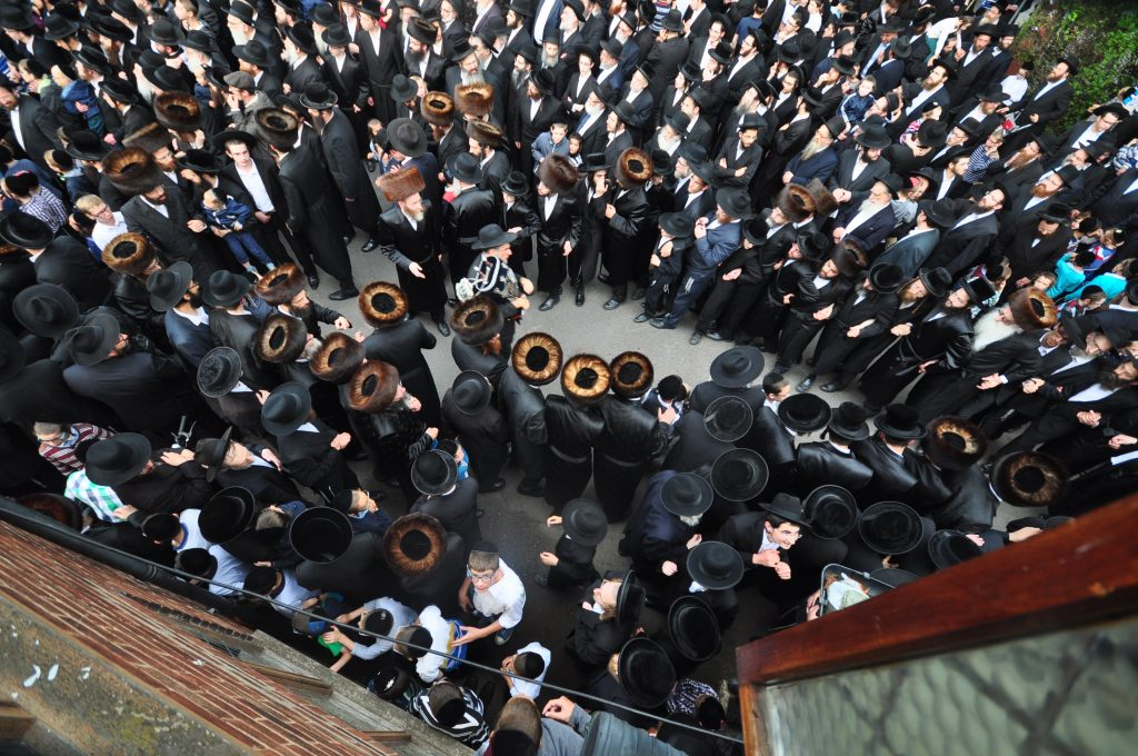 The massive gathering to see the Vizhnitzer Rebbe. (Lawrence Purcell)