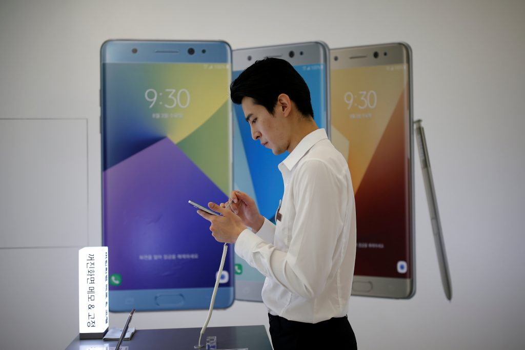 An employee uses a Samsung Electronics' Galaxy Note 7 new smartphone at its store in Seoul, South Korea. (Kim Hong-Ji/Reuters)