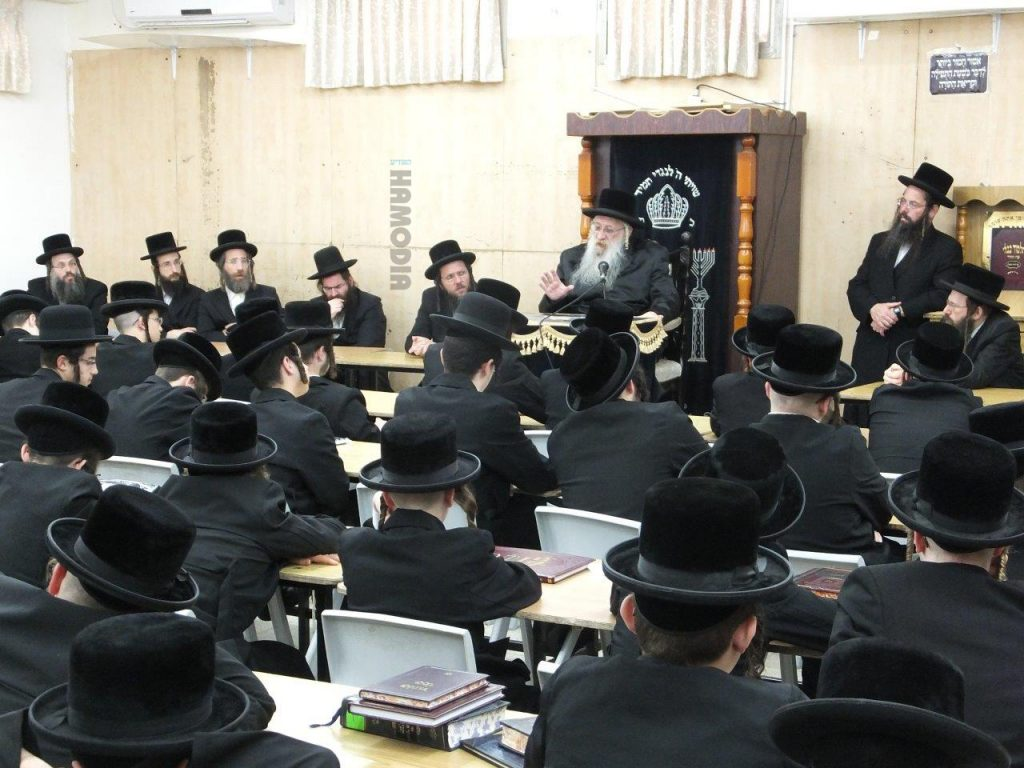 The Charnobly-Ashdod Rebbe, shlita, delivers the pesichah in his yeshivah in Ashdod, at the begining of the Elul zman. (JDN)