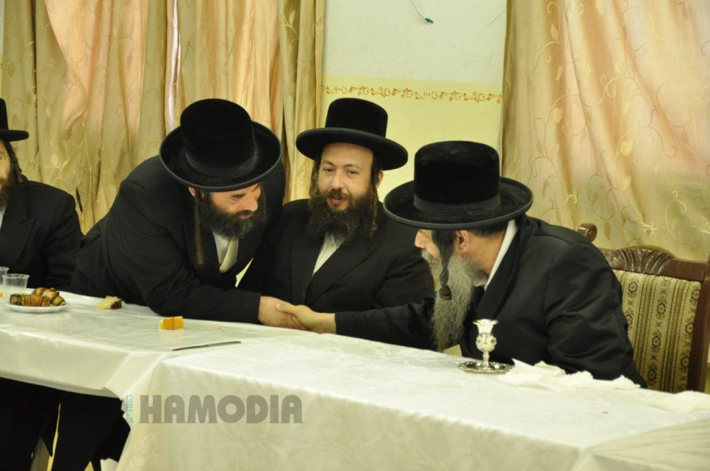 The Koidenov Rebbe, wishes lchaim to the staff memebrs at the pesichas hazman. (JDN)