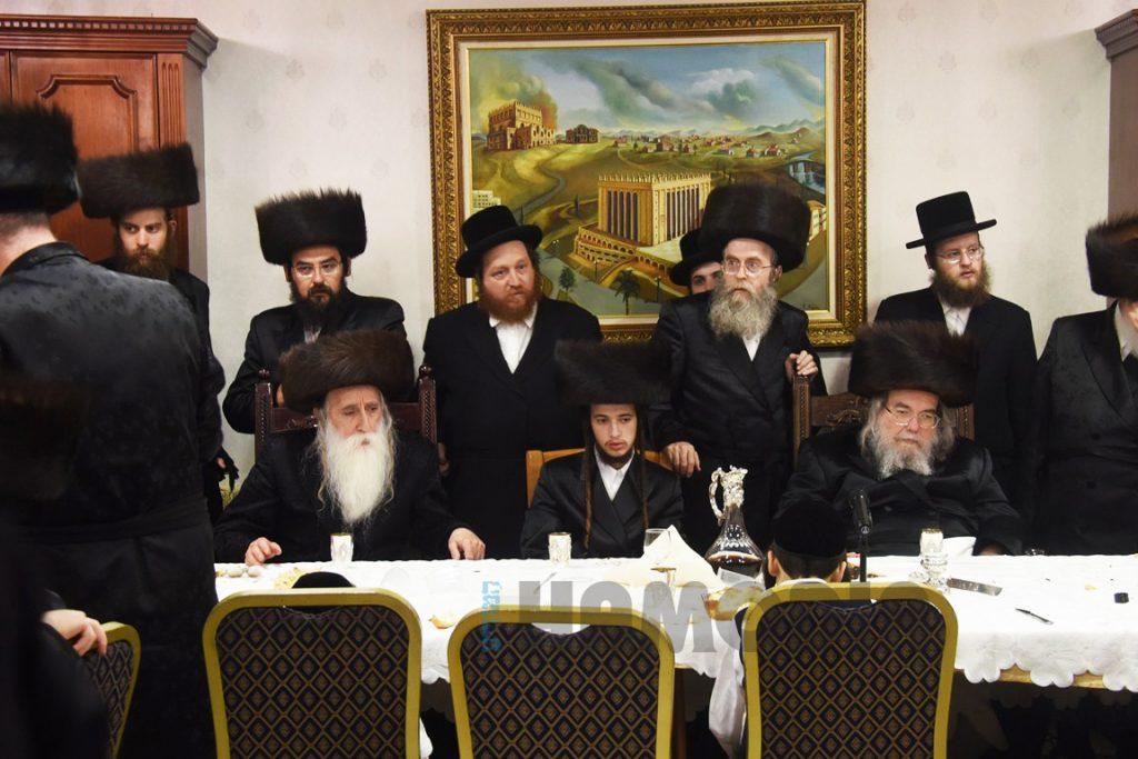 The Belzer Rebbe (R) and the Machnovka-Belz Rebbe (L) at the sheva brachos. (Anshil Beck/JDN)