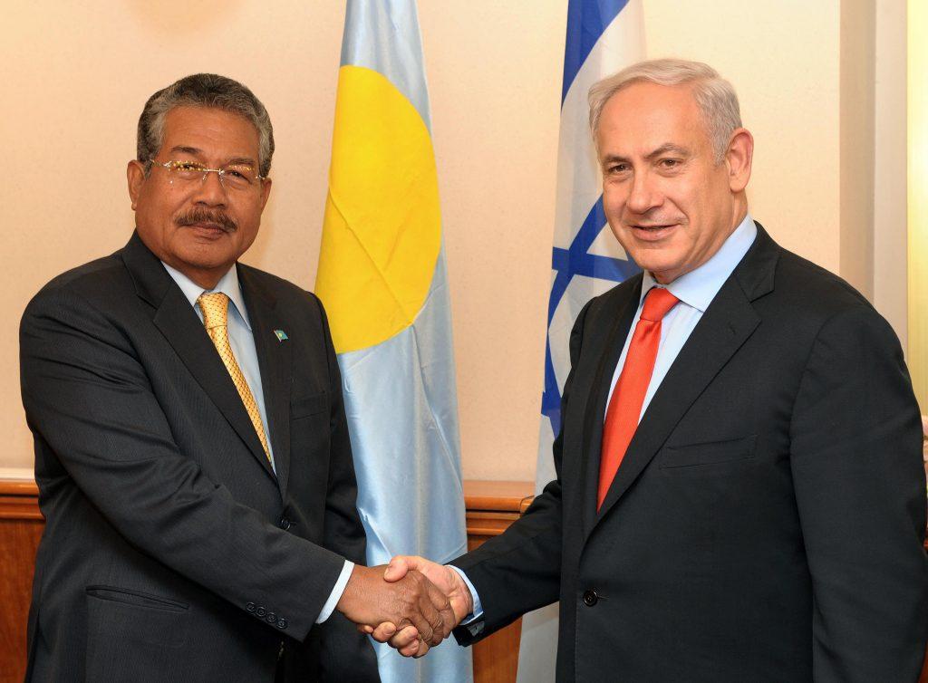 Prime Minister Binyamin Netanyahu shakes hands with Palau's president Johnson Toribiong, Nov 24 2011. Photo by Avi Ohayon/GPO/Flash90