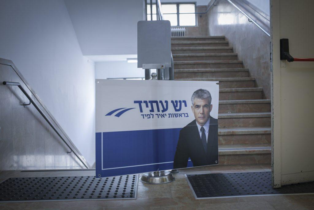 Yair Lapid, leader of 'Yesh Atid' Party and former Israeli Finance Minister speaks during a conference to young Israelis at the Hadassah college on in Jerusalem on January 6, 2015. Photo by Maxim Dinstein/Flash90 *** Local Caption *** éàéø ìôéã éù òúéã ôåìéèé÷ä áçéøåú ìëðñú áçéøåú 2015 îëììú äãñä öòéøéí