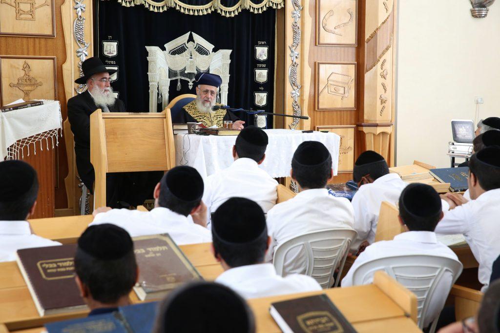 Chief Sefardi Rabbi of Israel, Itzhak Yosef, delivered a lesson in an Ashdod Yeshiva, on August 31, 2016. Photo by Yaakov Cohen/Flash90 *** Local Caption *** äøàùåï ìöéåï äøá éöç÷ éåñó áùéòåø äáå÷ø áàùãåã äáå÷ø äâéò äøàùåï ìöéåï åäøá äøàùé ìéùøàì äøá éöç÷ éåñó ìàùãåã ìîñåø ùéòåø ìáçåøé éùéáä áñéåí áéï äæîðéí åì÷øàú æîï àìåì.