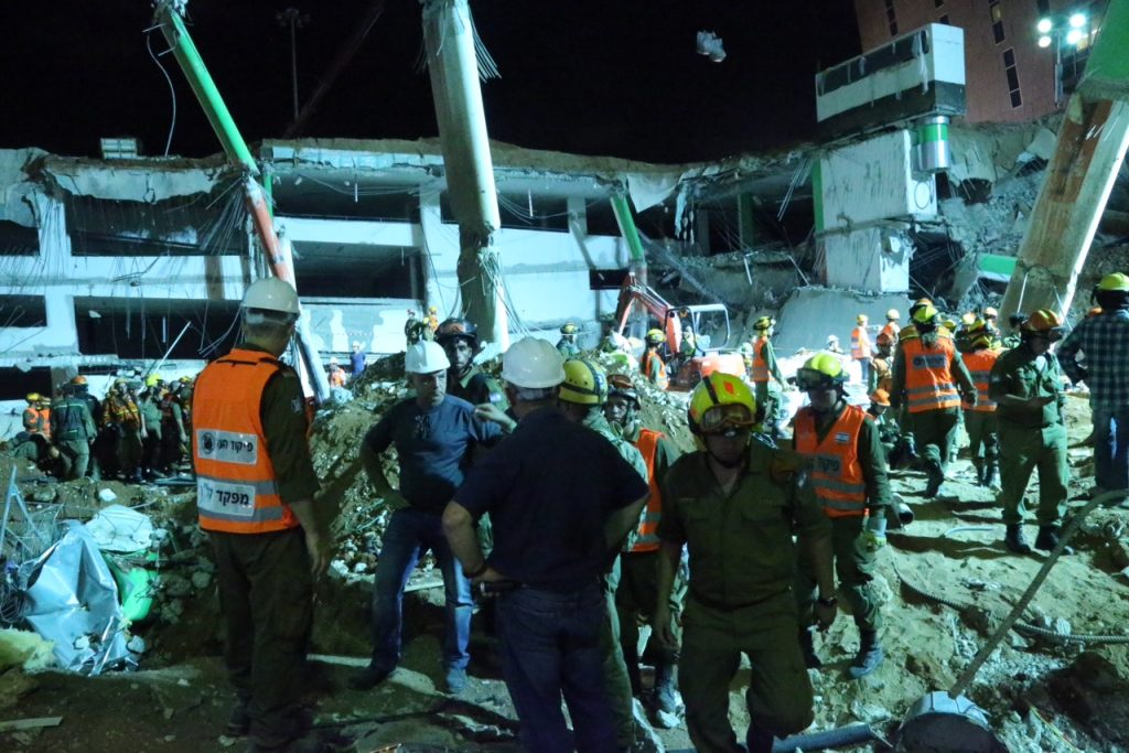 Rescue workers at the site where of a building collpase at a construction site on September 5, 2016 in the Ramat Hahayal of Tel Aviv. Two people were killed, around 20 more were injured, as rescuers tried to rescue several people believed to still be trapped in rubble. Photo by FLASH90 *** Local Caption *** ????? ???? ??? ??? ????? ?????? ?????? ?? ????