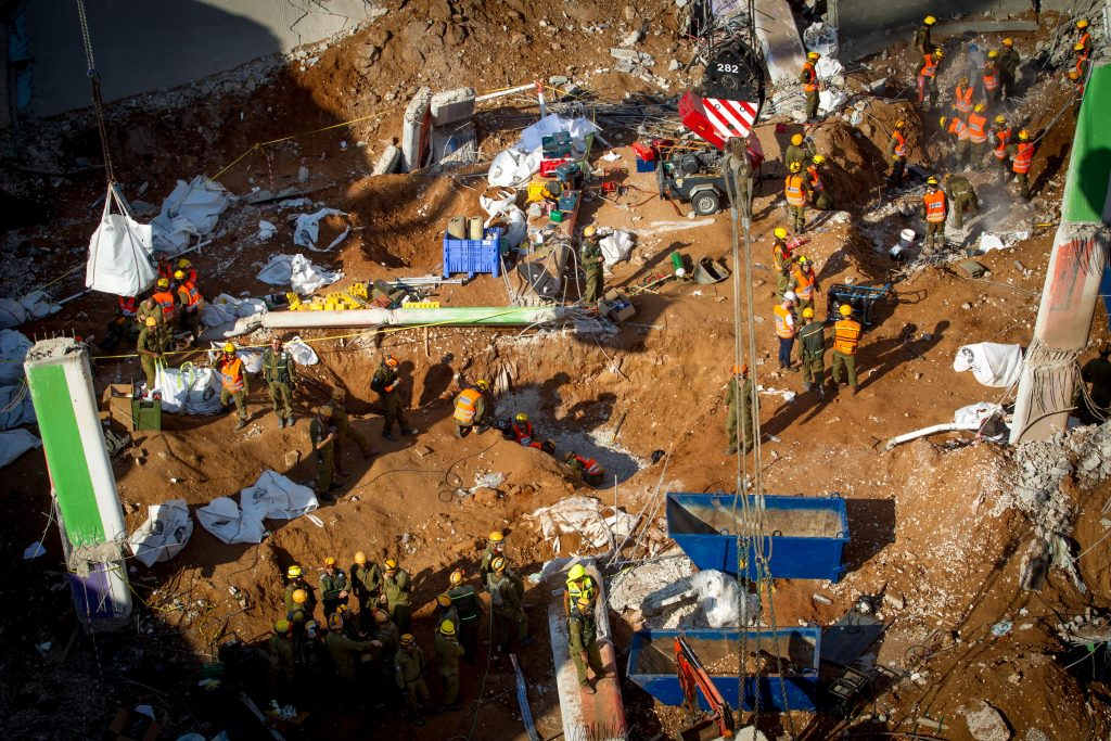 Rescue workers at the site of a building collpase at a construction site on September 06, 2016 in the Ramat Hahayal neighborhood of Tel Aviv. Three people were killed, around 20 more were injured, as rescuers tryto rescue several people believed to still be trapped in rubble since yesterday. Photo by Miriam Alster FLASH90 *** Local Caption *** ????? ???? ??? ??? ????? ?????? ?????? ??? ?????