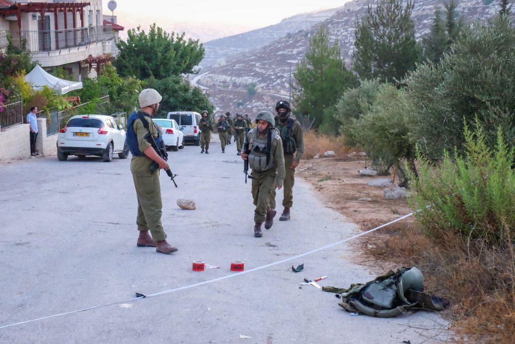 Israeli security forces at the scene where a Palestinian man stabbed an Israeli IDF officer in the West Bank settlement of Efrat, in Gush Etzion on September 18, 2016. Photo by Gerson Elinson/Flash90 *** Local Caption *** çééì çééìéí çéôåù àôøú ôéâåò ã÷éøä îçôùéí ÷öéï îéìåàéí