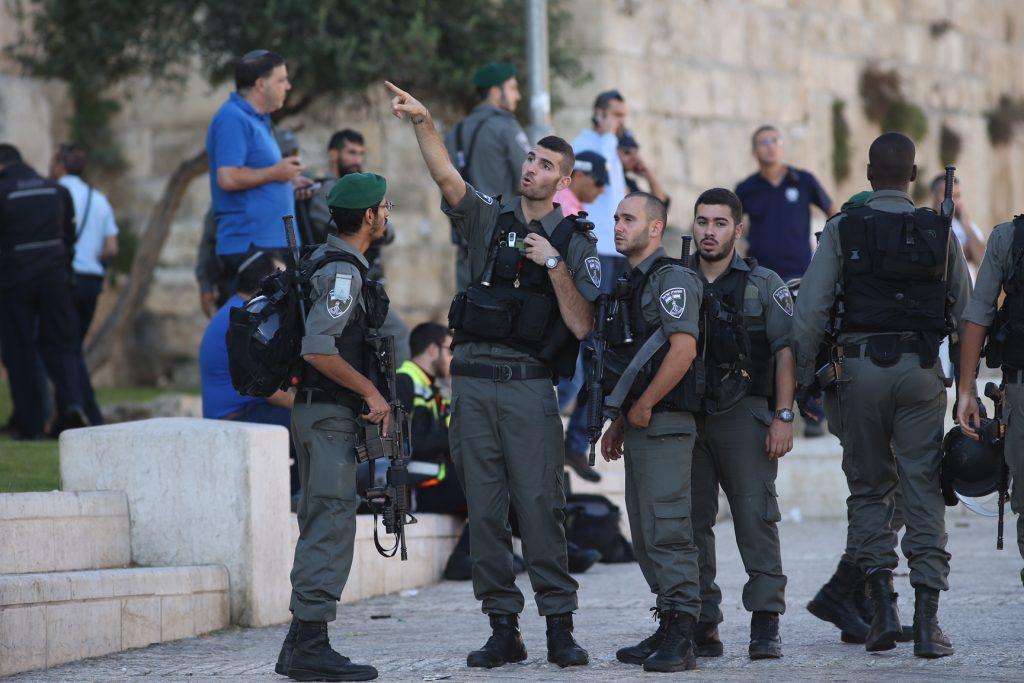 Israeli security forces at the scene of a stabbing attack at Herod's Gate in Jerusalem on September 19, 2016. A Palestinian stabbed two Policemen before being shot by police. Photo by Yonatan Sindel/Flash90 *** Local Caption *** ôéâåò èøåø ã÷éøä ùòø äôøçéí ëåçåú éøåùìéí òéø òúé÷ä